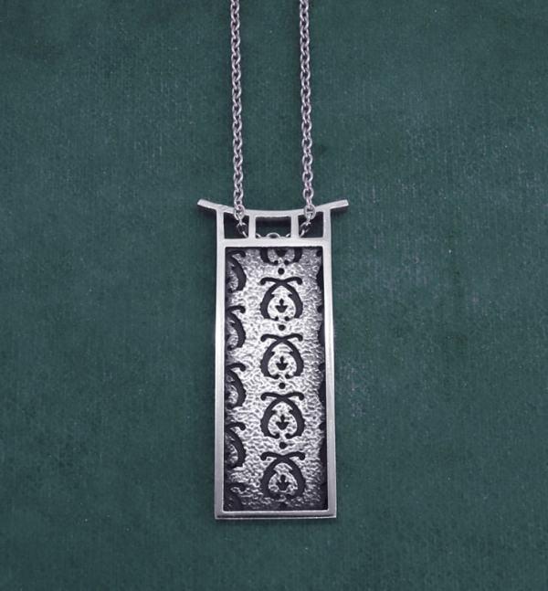 Pendentif rectangle à motifs d'acanthe et cadre d'inspiration pagode en argent de fabrication artisanale | Res Mirum