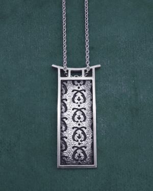 Rectangle pendant with motifs d'acanthus and frame d'handcrafted silver pagoda inspiration | Res Mirum