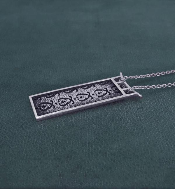 Pendentif rectangle à motifs d'acanthe et cadre d'inspiration pagode en argent de fabrication artisanale vue côté | Res Mirum