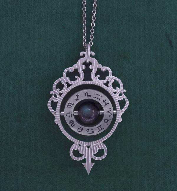 Pendentif astrolabe de la Renaissance imaginé autour de l'astronomie et de l'astrologie avec perle de labradorite en argent 925 de fabrication artisanale | Res Mirum