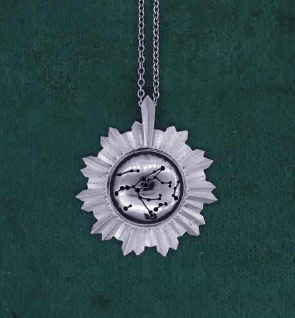 Pendentif miroir de sorcière avec gravure de la constellation de la Grande Ourse au centre en argent massif de fabrication artisanale | Res Mirum