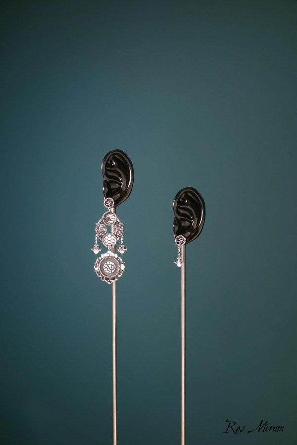 Boucles d'oreilles chandelier pangolin asymétriques aux motifs d'écailles et florals baroques imaginés autour des cabinets de curiosités en argent 925 | Res Mirum