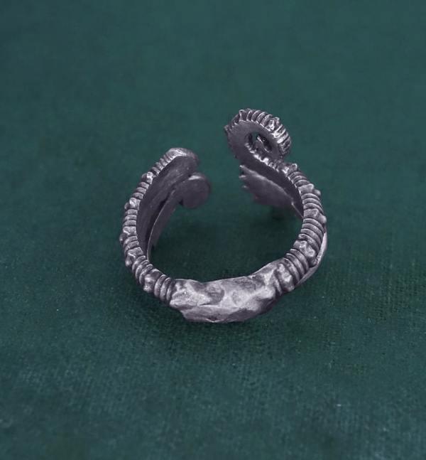 Bague ouverte à motifs de fougères, crosse & d'ammonite déroulée inspirée des fossiles du crétacé en argent fabriquée en France artisanalement vue dos | Res Mirum