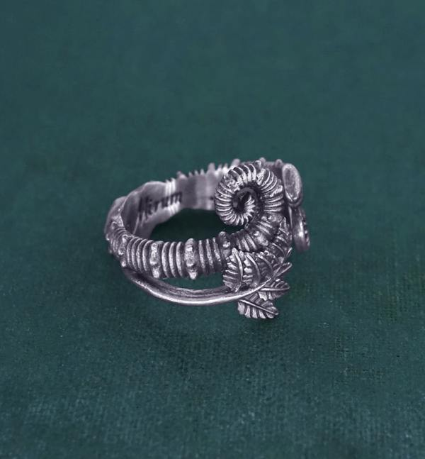 Bague ouverte à motifs de fougères, crosse & d'ammonite déroulée inspirée des fossiles du crétacé en argent fabriquée en France artisanalement vue gauche | Res Mirum