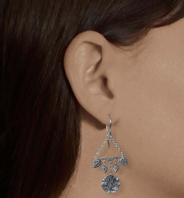Boucles d'oreilles longues asymétriques inspirées des fossiles de coquillages & de crinoïdes, en argent 925 patiné de fabrication artisanale française portées petit modèle | Res Mirum