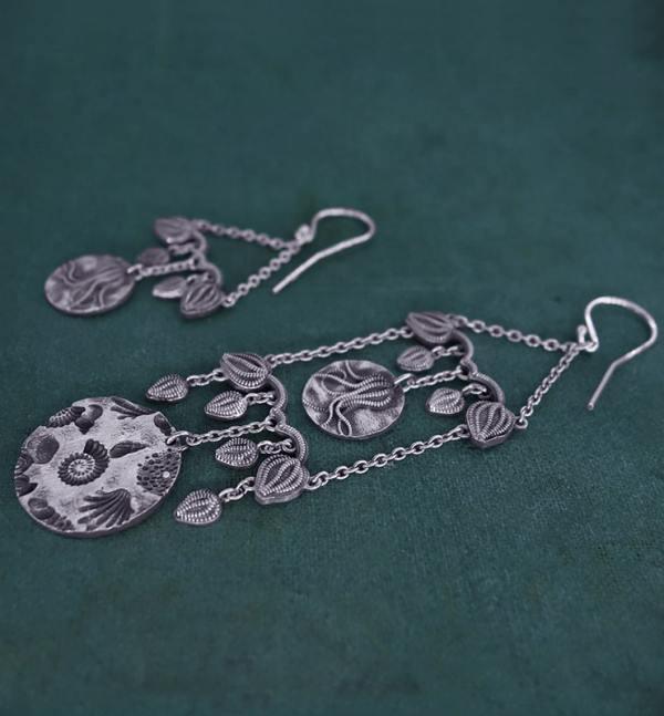 Boucles d'oreilles longues asymétriques inspirées des fossiles de coquillages & de crinoïdes, en argent 925 patiné de fabrication artisanale française vue côté | Res Mirum