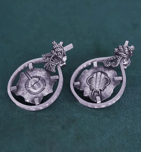 Boucles d'oreilles asymétriques avec motifs de fossiles de Limule & de Trilobite et de décors de fougères en argent fabriquée en France artisanalement vue droite| Res Mirum