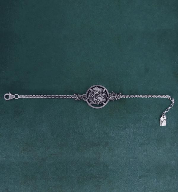 Bracelet avec motif façon fossile de squelette de chimère, animal mythologique de l'antiquité grecque en argent 925 de fabrication artisanale vue face long | Res Mirum