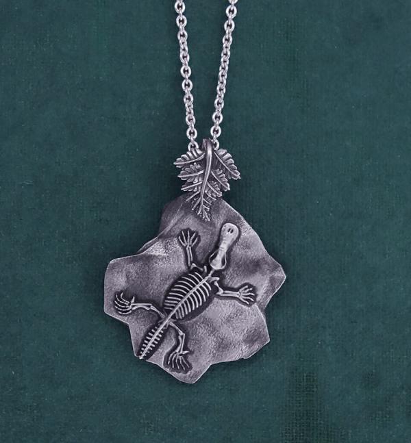 Pendentif dans l'esprit des fossiles, avec un squelette d'ornithorhynque et une fougère gravés en argent 925 de fabrication artisanale | Res Mirum