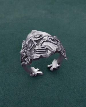 Bague ornée d'un fossile de Chimère et de fougères, bijou inspiré des faux fossiles et de la mythologie grecque en argent de fabrication artisanale | Res Mirum