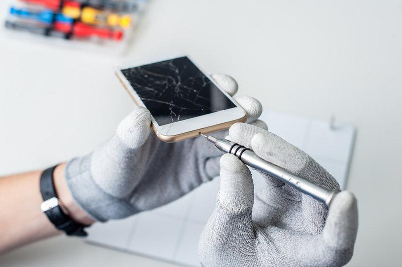 Smartphone Repair / Vlad_Teodor, Shutterstock