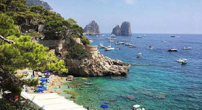 Osimhen in Capri immediately reaches De Laurentiis, then Giuntoli arrives. The girl and the entourage around the island [ESCLUSIVA]