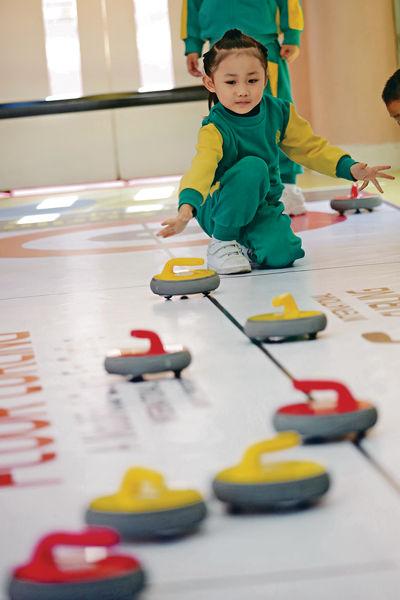 幼兒玩地板冰壺 從遊戲中學習 - 晴報 - 親子/教育 - 親子 - D170301