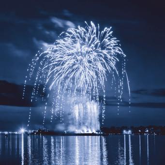 Stenungsbaden tackar för i år med ett himlasprakande nyårsfyrverkeri