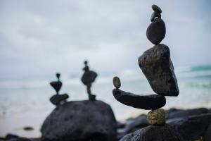 Rocks balancing in front of the ocean