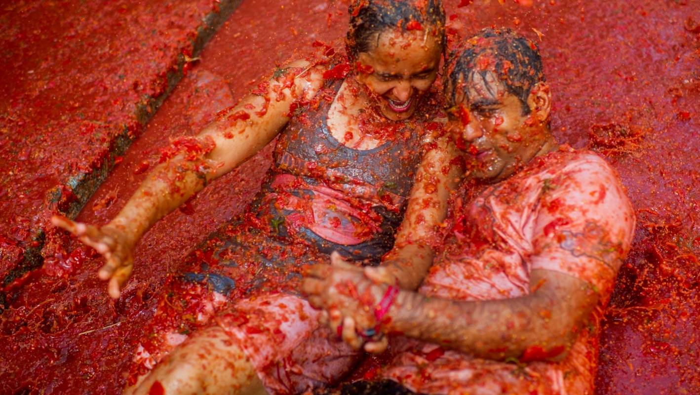 La Tomatina Party Goers Hurl Tonnes Of Tomatoes In