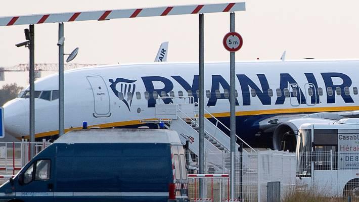 L'avion Ryanair mis en fourrière est assis sur le tarmac de l'aéroport de Bordeaux-Mérignac, dans le sud-ouest de la France.
