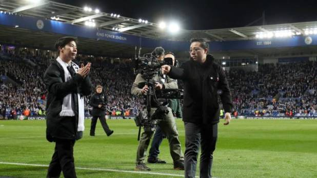 Aiyawatt Srivaddhanaprabha, the son of the Mayor of Leicester, Vichai Srivaddhanaprabha, shows his admirers to the fans - Leicester could only draw a draw with Burnley.