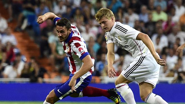 Atletico Madrid's midfielder Koke (L) vies with Real Madrid's German midifielder Toni Kro