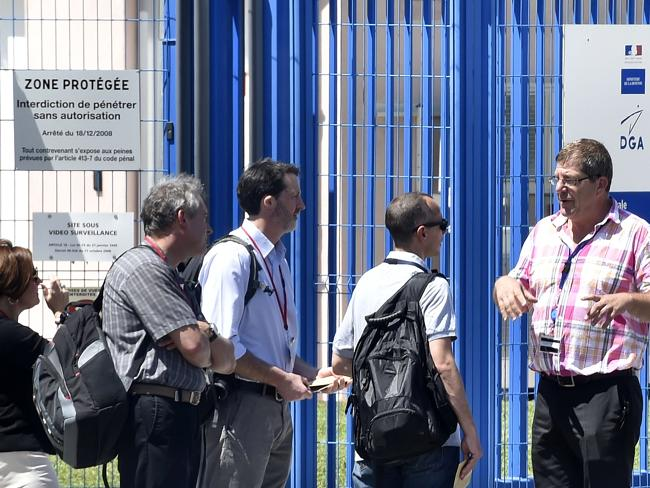 Answers soon ... An expert of the French aviation authority (2nd R) arrives with others t