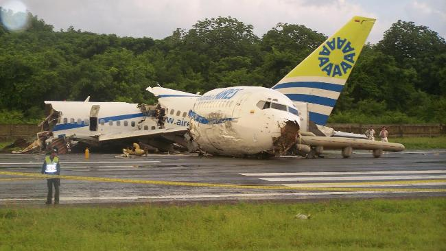 Boeing 737 crashes on runway on San Andres Island. leaving one dead | The Courier-Mail