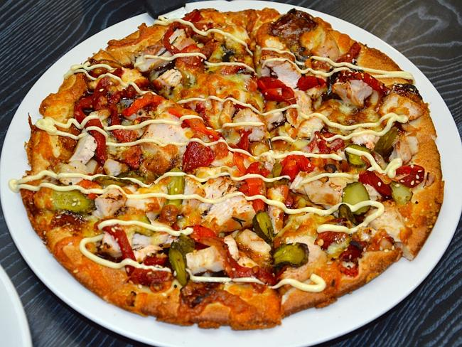 Enjoy a delicious pizza at Kingscliff Gourmet Pizza.