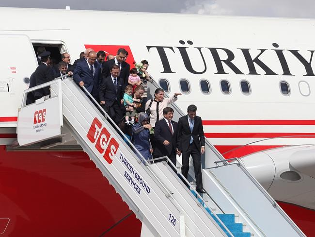 Problem on the border ... the Turkish Prime Minister Ahmet Davutolu with released Turkish