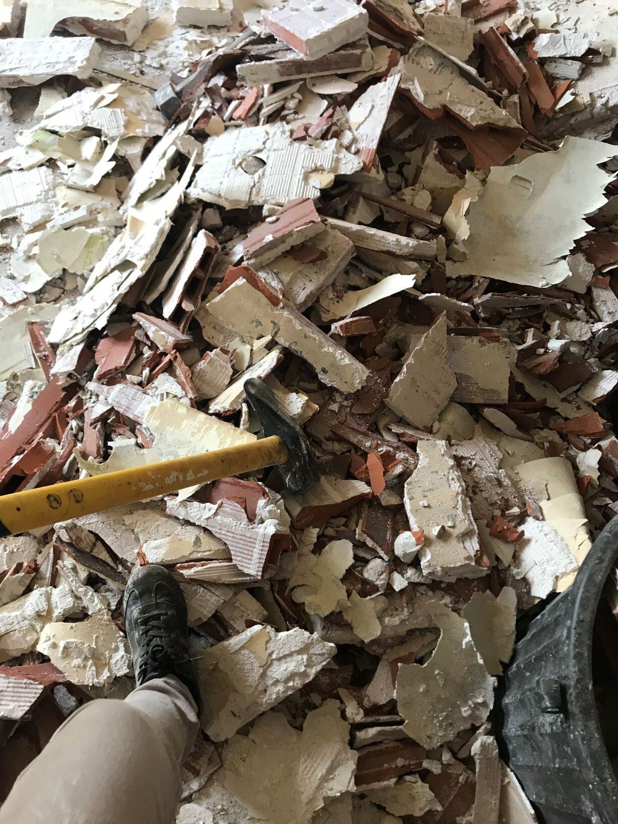 gravats à évacuer après la démolition d'une cloison en briques