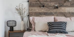 Photo représentant une tête de lit réalisée avec des planches de bois