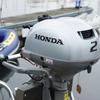 2-сильный подвесной мотор с воздушным охлаждением Honda BF2 проходит через канал Сунамати в Токио.