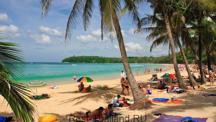 Пляж Ката в Пхукете, Тайланд.