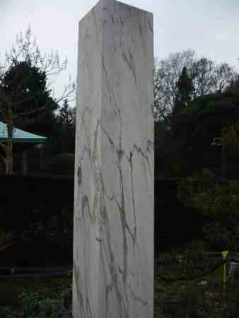 Hochwertige Pergola aus Marmorsäulen und Bongossi
