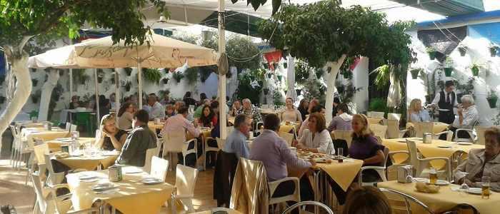 Mayo en el patio cordobés de los naranjos del Restaurante de Córdoba Sociedad Plateros Maria Auxiliadora