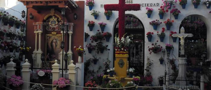 Cruz de Mayo los Omeyas junto al Restaurante en Córdoba Sociedad Plateros Maria Auxiliadora