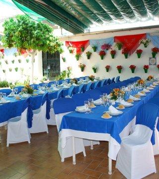 Mesas adornadas en el patio cordobés de los naranjos del Restaurante en Córdoba Sociedad Plateros Maria Auxiliadora