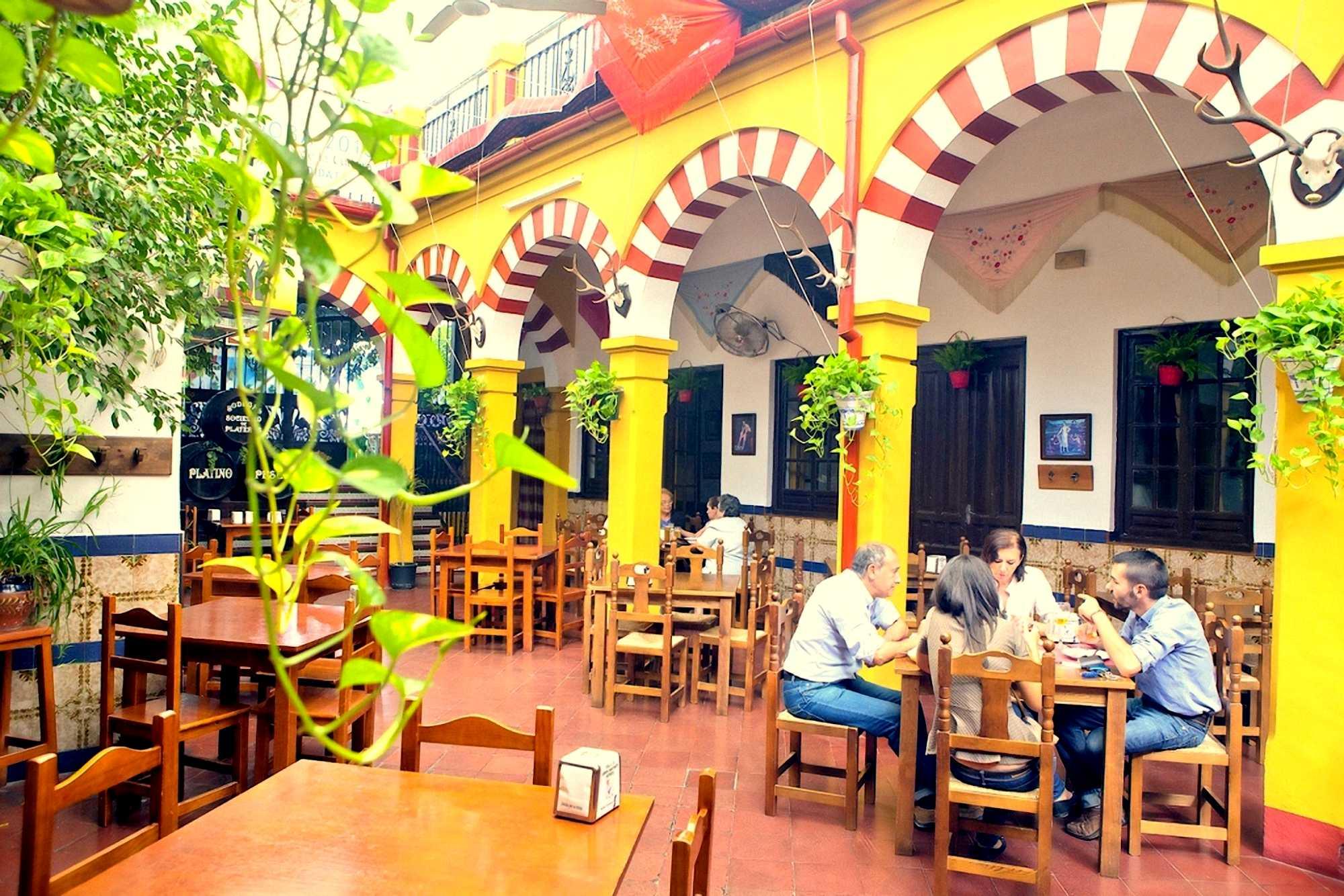 Patio columnas mezquita del Restaurante de Córdoba Sociedad Plateros Maria Auxiliadora