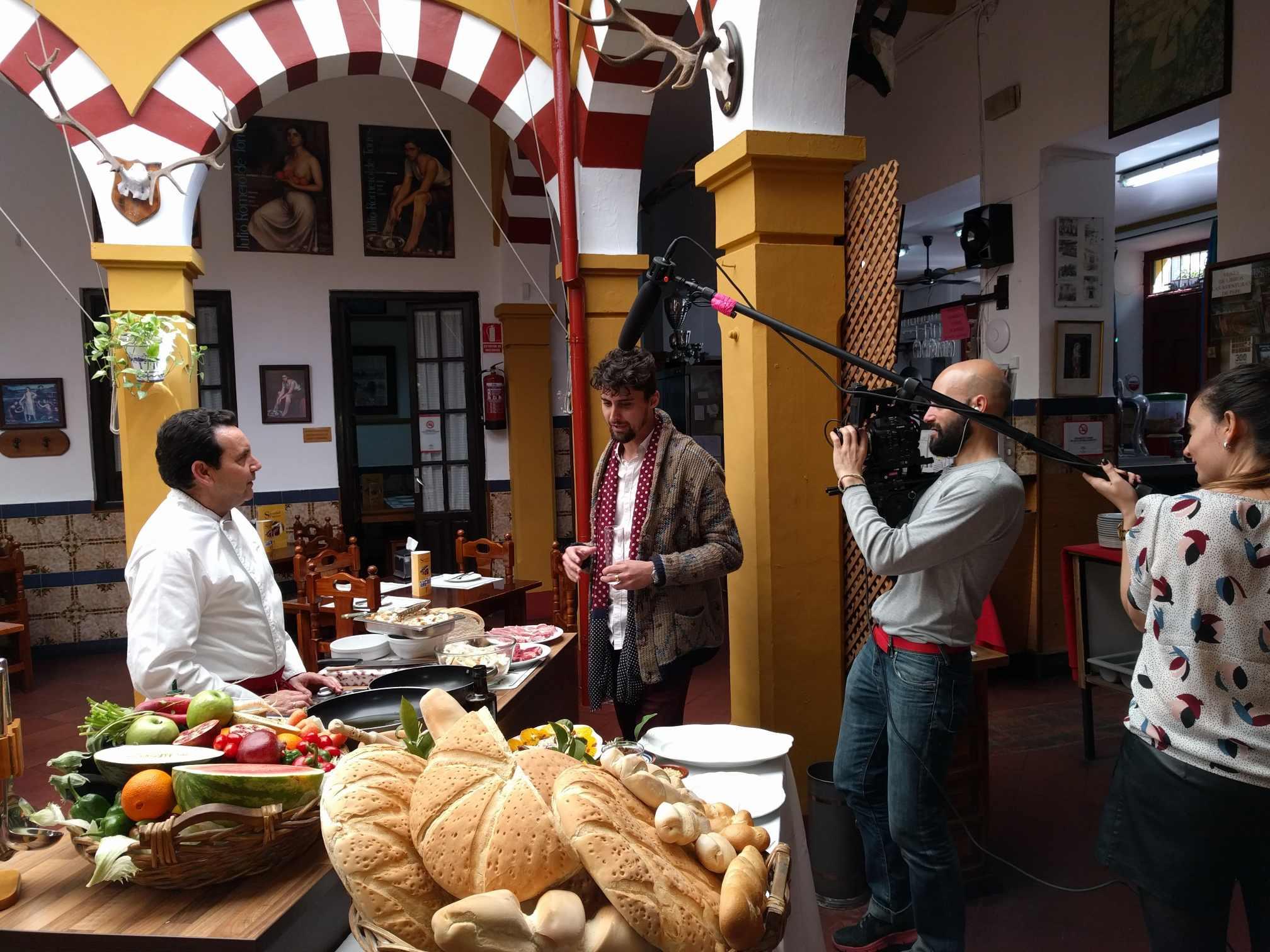 Elaboracion de migas para la televisión Árabe en el Restaurante Sociedad Plateros Maria Auxiliadora Por Manolo Bordallo instante de la grabación