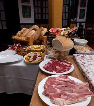 Elaboracion de migas para la televisión Árabe en el Restaurante Sociedad Plateros Maria Auxiliadora Por Manolo Bordallo  perfil Bodegon
