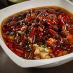 Filet de poisson pochée et pousses aux piments et grains de poivre