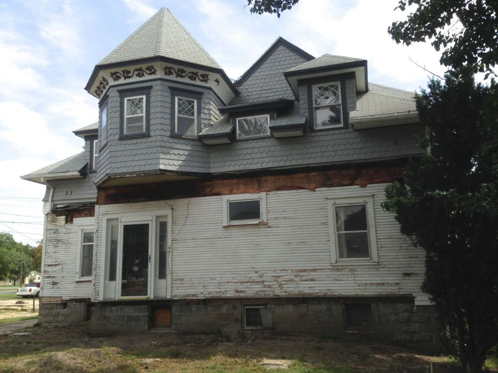 524 Union, 1894, by Charles W. Squires. This is the carriage house to the adjacent Cross House. 524 is looking a bit tattered as the decaying circa-1915 front porch was shorn off by me a few months ago. The whole second floor in the image (save the rectangular dormer middle in about the middle) ir from 1894. All that you see on the first floor is from the circa-1915 renovation, when the carriage house was moved a bit to the west, placed on a full basement, and its barn-like main level rebuilt as a proper home.