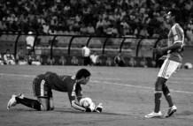 Guarch stops short at Andrada's goal (ARG-MEX)