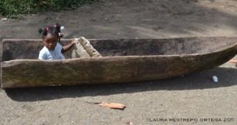 niña en una canoa en Termales