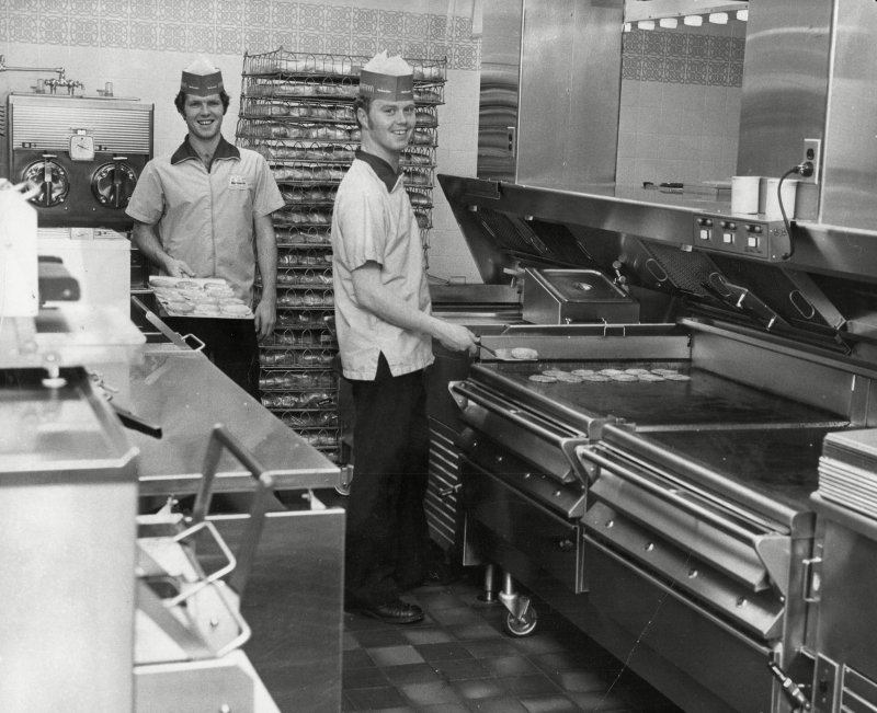staff-working-in-the-kitchen-of-mcdonalds-restaurant-in-woolwich-1974-e1556052927596