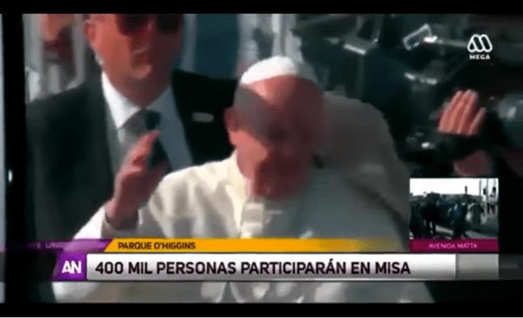 Cile, il Papa colpito in viso da un giornale (video)