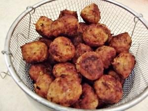 Chiftelute-oua-posate-sos-ardei-copt-1