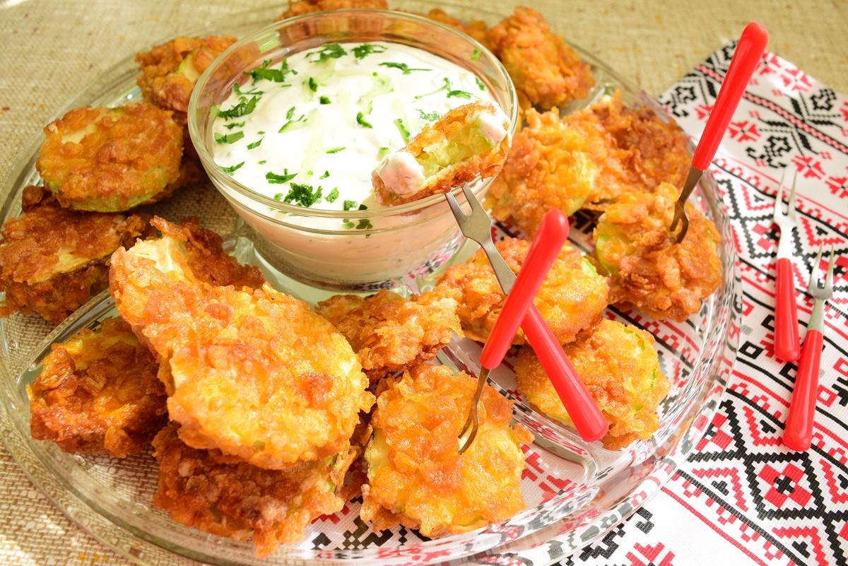 Dovlecei în crustă din fulgi de porumb cu sos tzatziki
