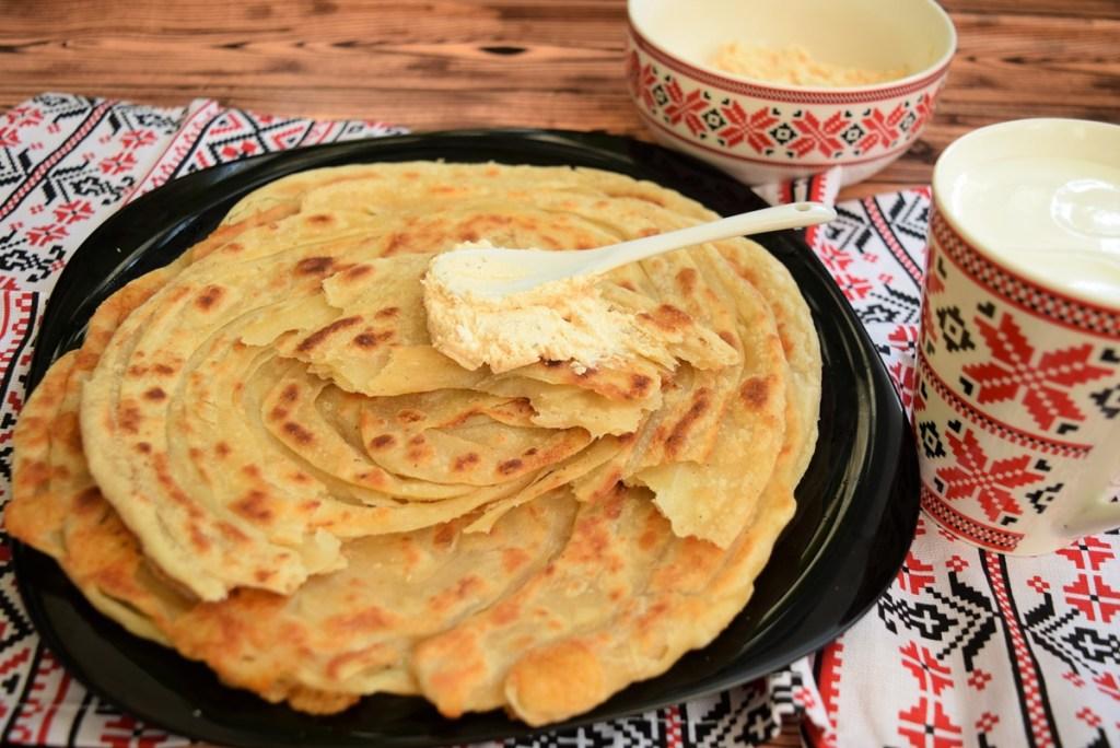 Paratha sau pâine plată foietată preparată la tigaie
