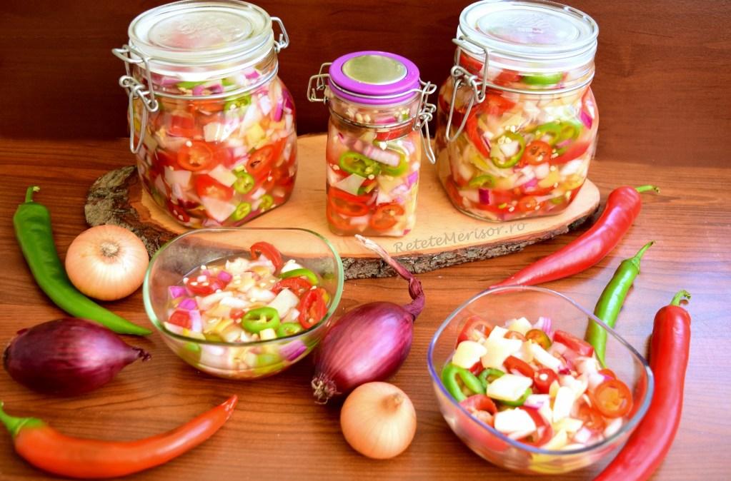 Salată de ardei iuți cu ceapă și fasole verde