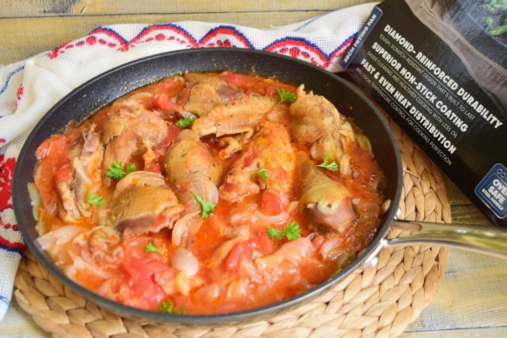 Tocană de ceapă cu pui și roșii