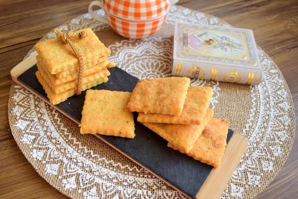 Biscuiți cu parmezan și condimente